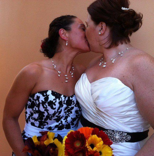 Amy-and-Jillian-kissing.-