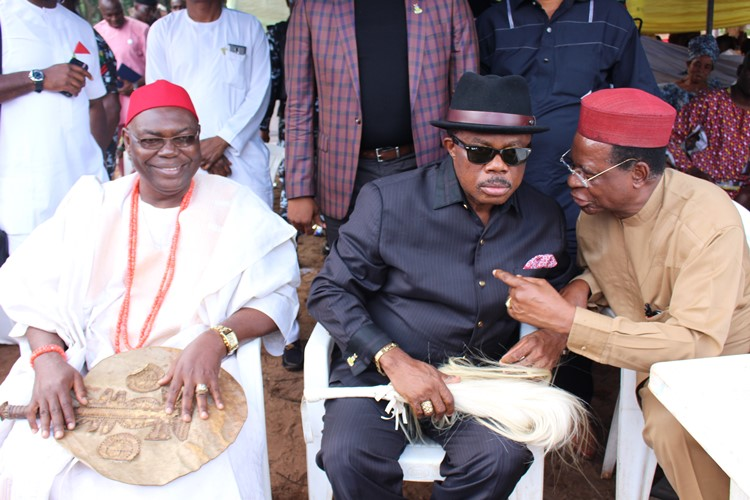 Anambra State Governor Chief Willie Obiano condoles with Idu Okosi family Onitsha on the death of their sister. Photo (L-R) shows: Ede of Onitsha Dr Mike Areh, Chief Willie Obiano and former Chairman Police Service Commission, Chief Simon Okeke at Ogbeabo Onitsha on Saturday.