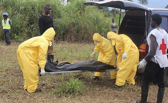 Health workers carry the body of an Ebola virus victim (Reuters Photo)