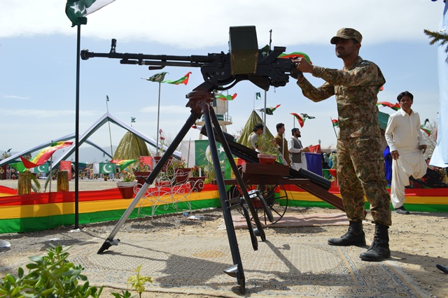 A Pakistani soldier displays a weapon during a military exhibition held to mark Pakistan's Republic Day in Pakistan's Quetta on March 23, 2015. (Xinhua/Irfan) (zjy)