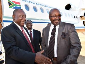 Deputy President Ramaphosa is welcomed to Lesotho by Ambassodor Leteka while SA High Commissioner Jelle looks on. Pic: Elmond Jiyane, DoC