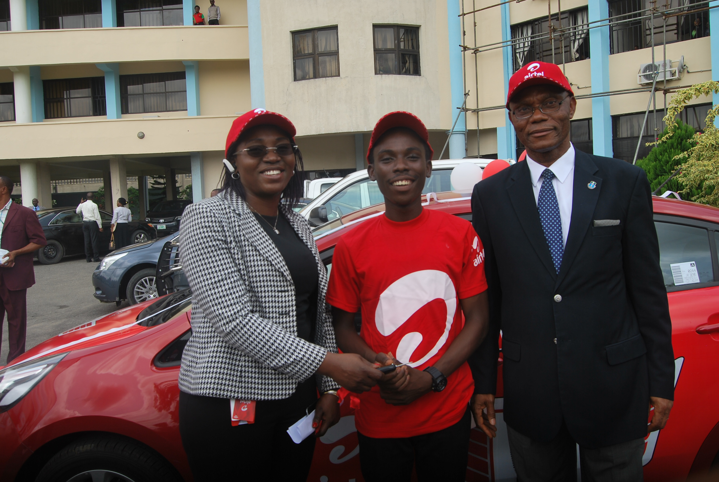 Regional Operations Director (South) Airtel Nigeria, Veronica Onoja presenting the keys of a brand new Kia Picanto to winner of Airtel One Mic Competition and Undergraduate of University of Port Harcourt, Olumuyiwa Jeffery Wenegha aka ACE TUNES while the Vice Chancellor of the institution, Joseph Atubokiki Ajienka, looks on. The event was held recently at the school premises.