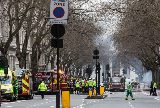 Photo taken on April 1, 2015 shows a general view of the fire in Central London's Holborn area, Britain. More than 2,000 people were evacuated Wednesday from a number of buildings in London's Holborn area due to an electrical fire among cables under a pavement, London Fire Brigade (LFB) said. (Xinhua/Tang Shi)