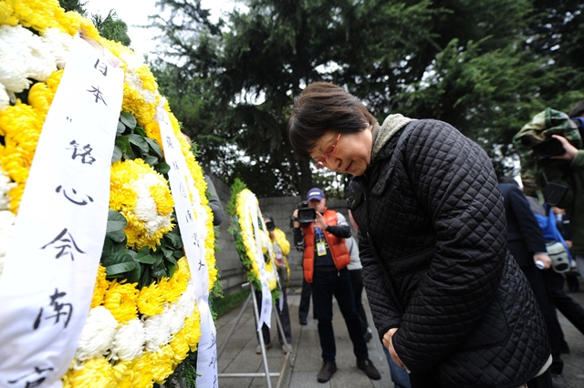 Tamaki Matsuoka, head of the Japan-China Peace Research Organization, mourn the Nanjing Massacre victims at the Memorial Hall of the Victims in Nanjing Massacre by Japanese Invaders on Qingming Festival in Nanjing, capital of east China's Jiangsu Province, April 5, 2015. Japanese troops captured Nanjing, then China's capital, on Dec. 13 of 1937 and started a 40-odd-day slaughter. More than 300,000 Chinese soldiers who had laid down their arms and civilians were murdered, and over 20,000 women were raped. (Xinhua/Han Yuqing) (lfj)