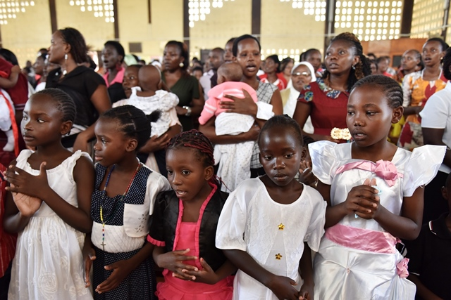 Local people attend a commemorating service to mourn the victims during the campus attack in Garissa, Kenya, April 5, 2015. (Xinhua/Sun Ruibo)