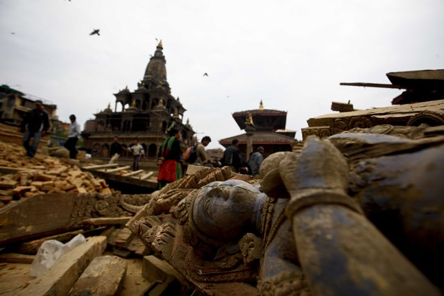 Photo taken on April 26, 2015 shows a collapsed statue after an earthquake at the Durbar Square in Patan, Nepal. The death toll from a powerful earthquake which struck Nepal on Saturday has climbed to 1, 896 including 723 in the Nepal's capital Kathmandu, a senior government official told Xinhua on Sunday morning. (Xinhua/Pratap Thapa)