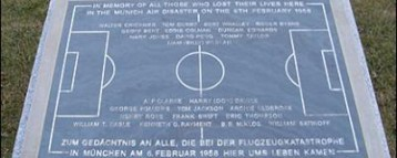 Manchester United pays respect Munich memorials